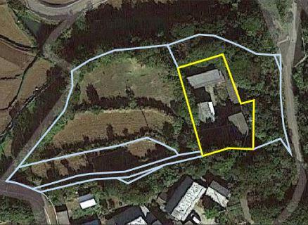 黄色線で囲んだ枠内は空き家バンク対象となる敷地(宅地)。 所有者は、宅地以外にも水色線で囲んだ畑や山林などを所有しており、 希望する場合は空き家バンクとは別で購入の交渉することが可能 との事です(ただし、畑については、農業委員会の許可が必要で、か つUIターン者が耕作目的で空き家と同時に購入する場合に限る)。 ※水色線で囲んだ以外にも畑・山林あり。